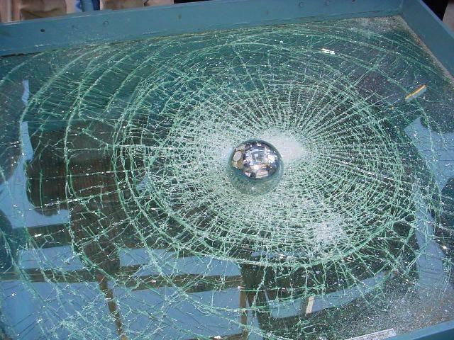 Закаленное стекло разбитое